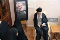 فیلم حضور رهبر انقلاب در منزل سردار شهید سپهبد حاج قاسم سلیمانی